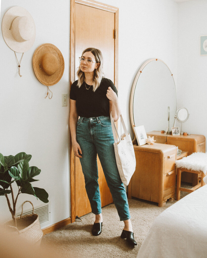 spring outfit ideas, black everlane micro rib tee, everlane straight denim, everlane day mule
